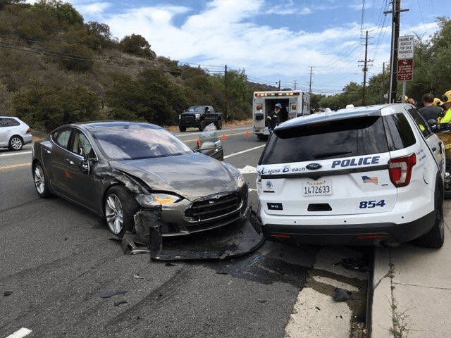 DeYwq9ZV4AAryT1 - Tesla на автопилоте врезалась в полицейскую машину
