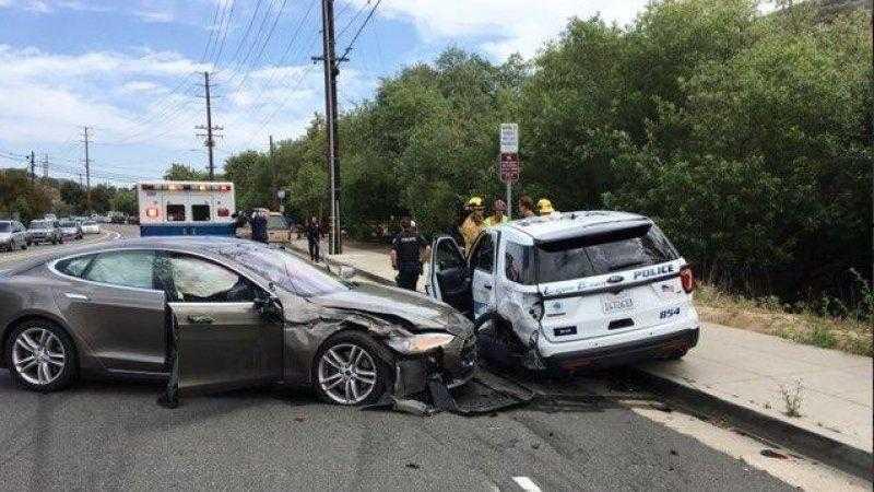 Laguna Tesla - Tesla на автопилоте врезалась в полицейскую машину