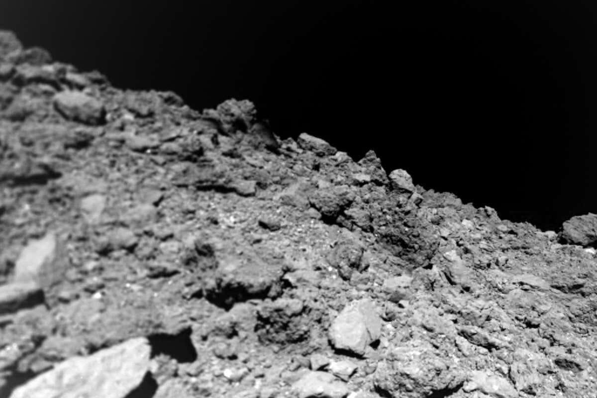 Исследователи получили новые снимки с поверхности астероида Рюгу