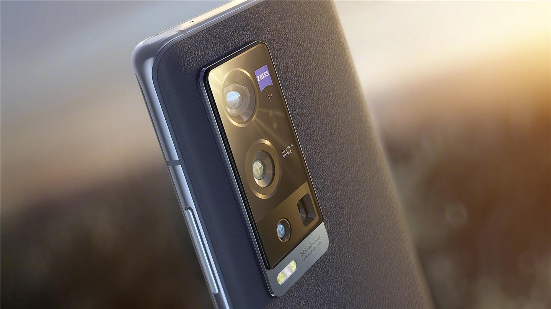 Vivo официально представила флагман Vivo X60 Pro+ (32)