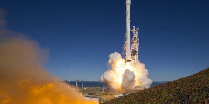 Ракета Falcon 9 стартовала с десятью спутниками связи (1485771596)