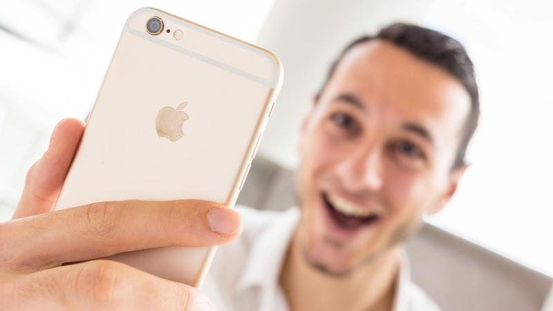 iphone lifestyle with christopher 12 thumb - iPhone 7 Plus существенно подешевел в России