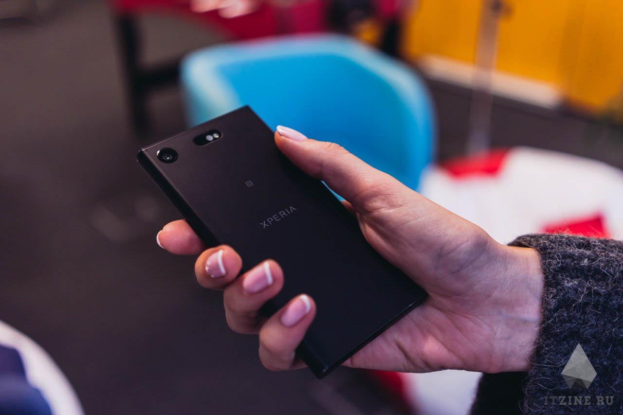 Sony Xperia XZ1 Compact в руке