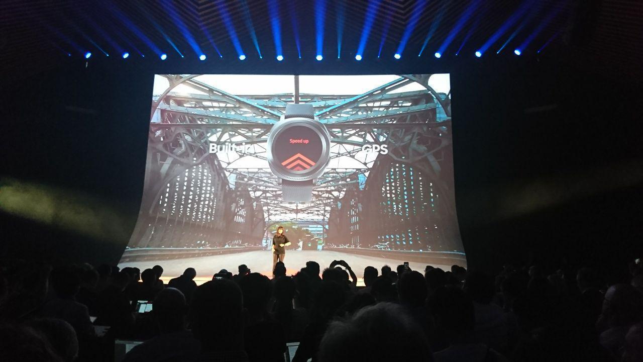 IFA 2017. Samsung выпустил новый браслет Gear Fit 2 Pro (photo 2017 08 30 21 35 59)