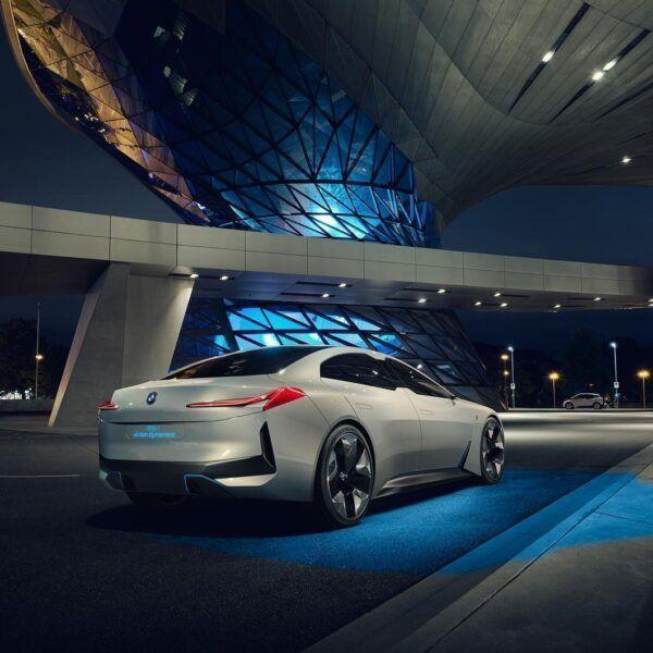 На Франкфуртском автосалоне BMW показала концепт электромобиля с запасом хода 600 км (P90276439 highRes bmwi vision dynamics)