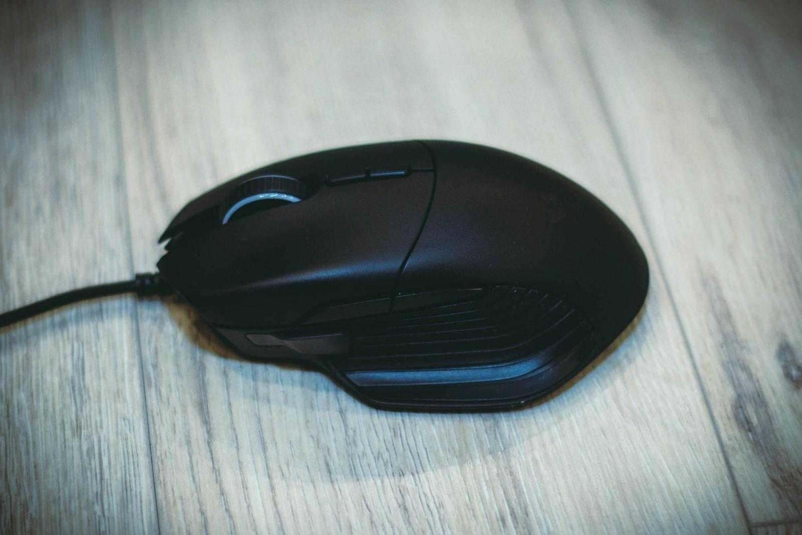Мышка Razer Basilisk на столе