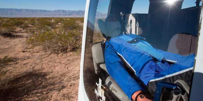 Как будет выглядеть полёт в космос для пассажиров Blue Origin? (171213140323 mannequin skywalker blue origin 1280x720 1)