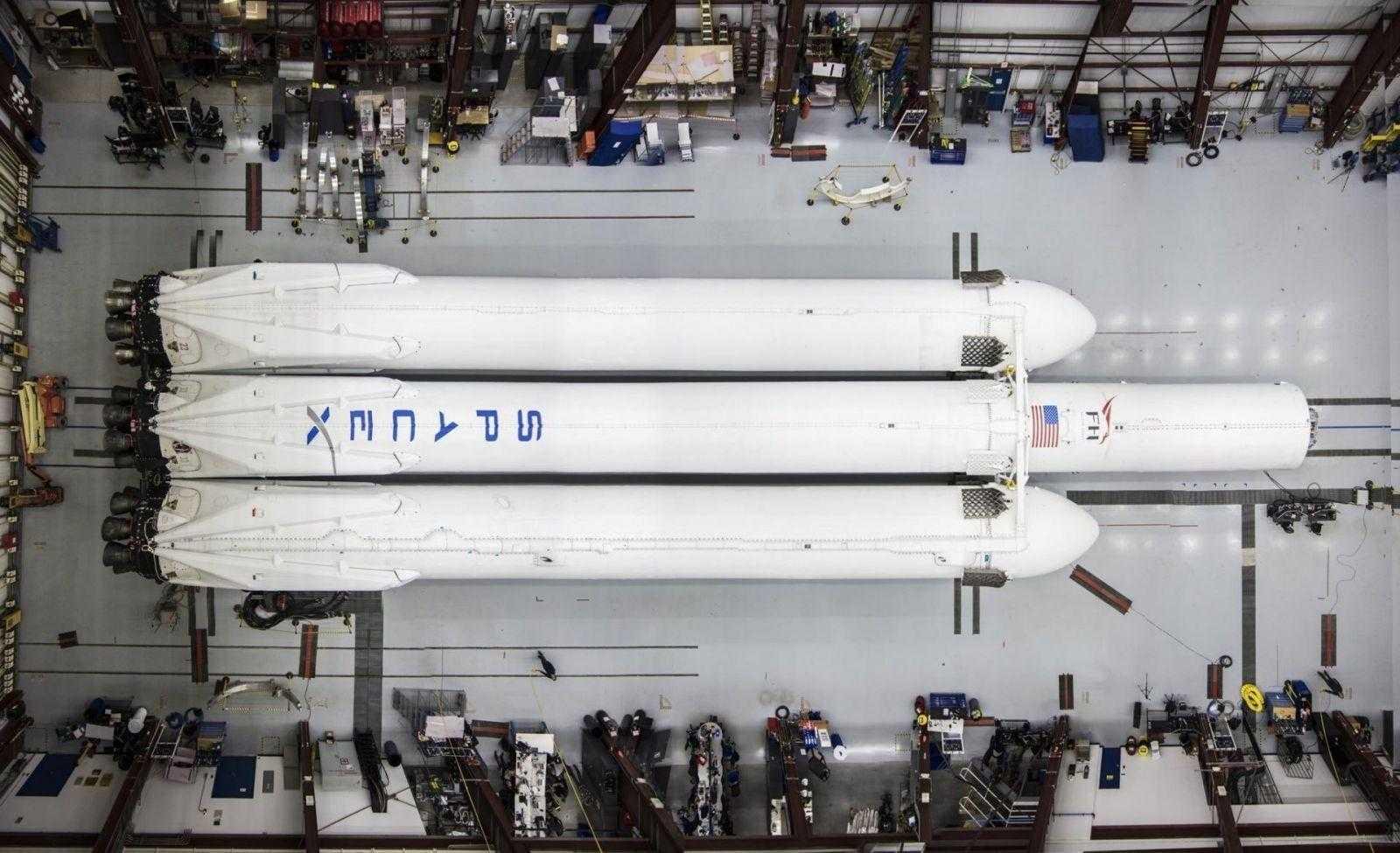 Илон Маск опубликовал фото практически собранной ракеты SpaceX Falcon Heavy (SpaceX Falcon Heavy 2)