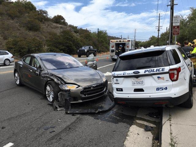 Tesla на автопилоте врезалась в полицейскую машину (DeYwq9ZV4AAryT1)