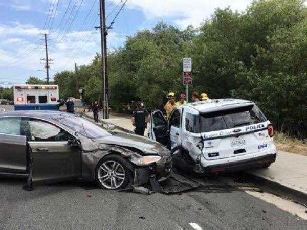 Tesla на автопилоте врезалась в полицейскую машину (Laguna Tesla)