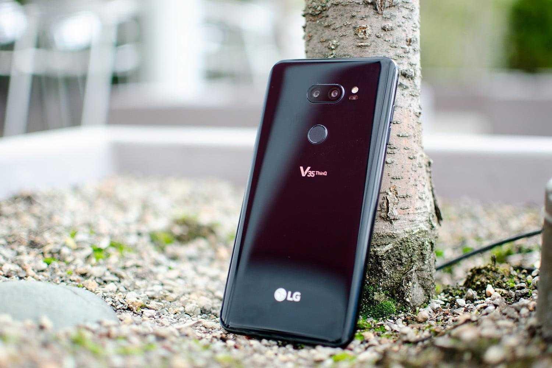 LG выпустила новый мультимедийный смартфон V35 THINQ (lg v35 thinq against tree)