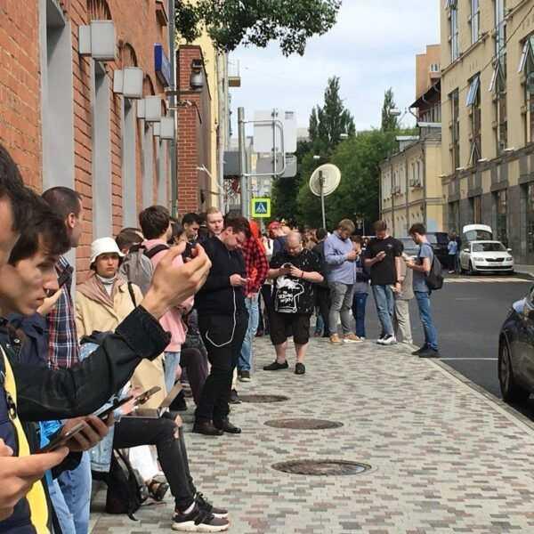 За умной колонкой Яндекс.Станция выстроилась очередь (DhuV XIVMAAcEYI)