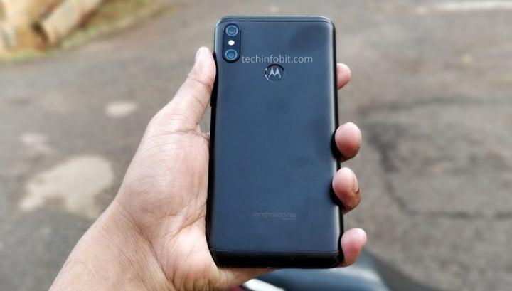 Motorola представит новый телефон с увеличенным аккумулятором (moto one the first ever motorola phone with display notch real photos of moto one leaked techinfobit 2)