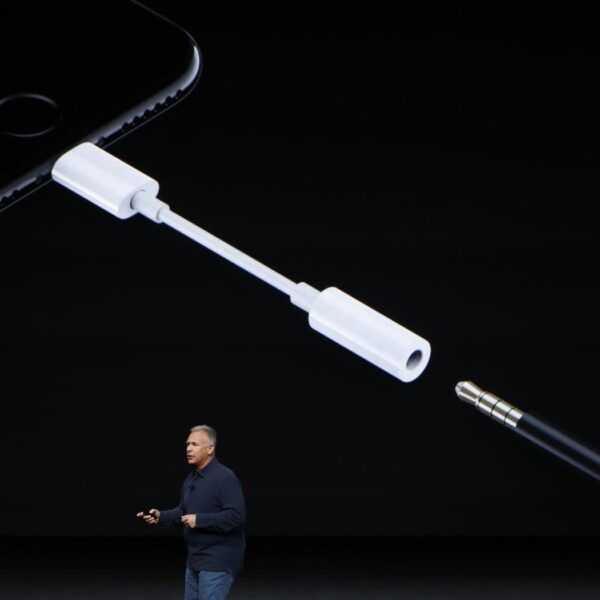 Apple оставят новые iPhone без переходника для наушников (headphone dongle.0)