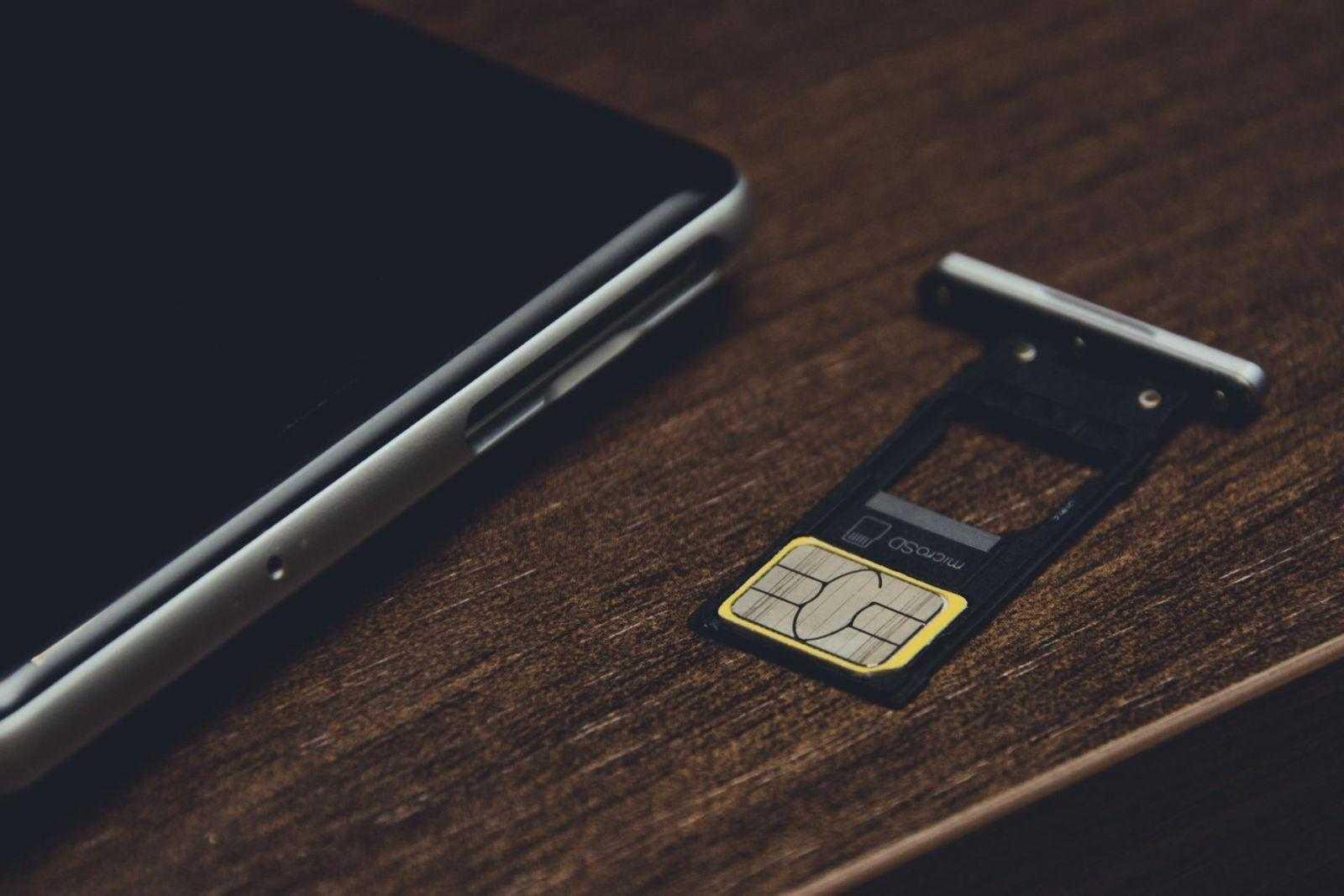 Хочешь — вставляй вторую SIM, хочешь — microSD, на выбор.