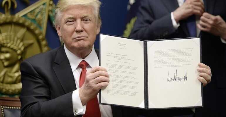 Трамп может запретить продавать устройства ZTE и Huawei в США (order)
