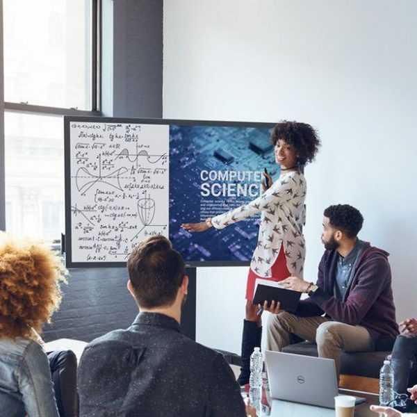Новый 75-дюймовый сенсорный экран Dell 4K заменит школьную доску (C7520QT Lifestyle shot Group Working Around the C7520QT Monitor.0)
