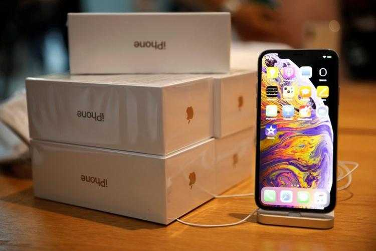 В Apple iPhone 2019 будет беспроводная зарядка других устройств, большие аккумуляторы и матовое стекло (2018 09 21T132155Z 1 LYNXNPEE8K137 OUSBS RTROPTP 3 BUSINESS US APPLE IPHONES TEARDOWN)
