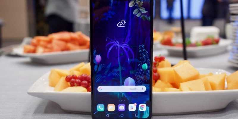 MWC 2019. LG представила свой 5G-смартфон LG V50 ThinQ (Hands on with the LG V50 ThinQ and its... dual display case)