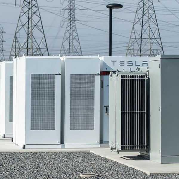Volkswagen будет использовать аккумуляторы Tesla на своих зарядных станциях (Tesla Powerpack Mira Loma Substation e1502207423731)