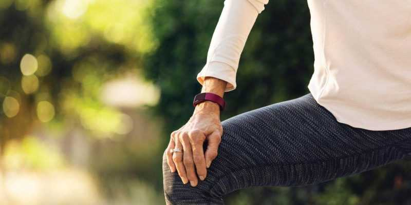 Последний трекер Fitbit Inspire нельзя будет купить (fitbit inspire lifestyle grandparents sidewalk girl stretching 075)