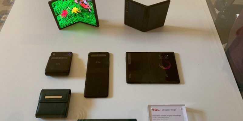 MWC 2019. TCL официально представила бюджетные сгибающиеся смартфоны (photo 2019 02 23 19 54 11)