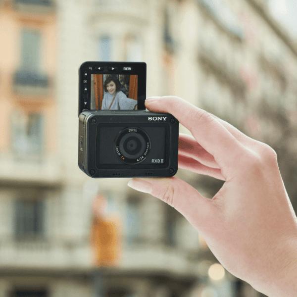 Sony анонсировала новую экшн-камеру RX0 II с поворотным экраном (456)