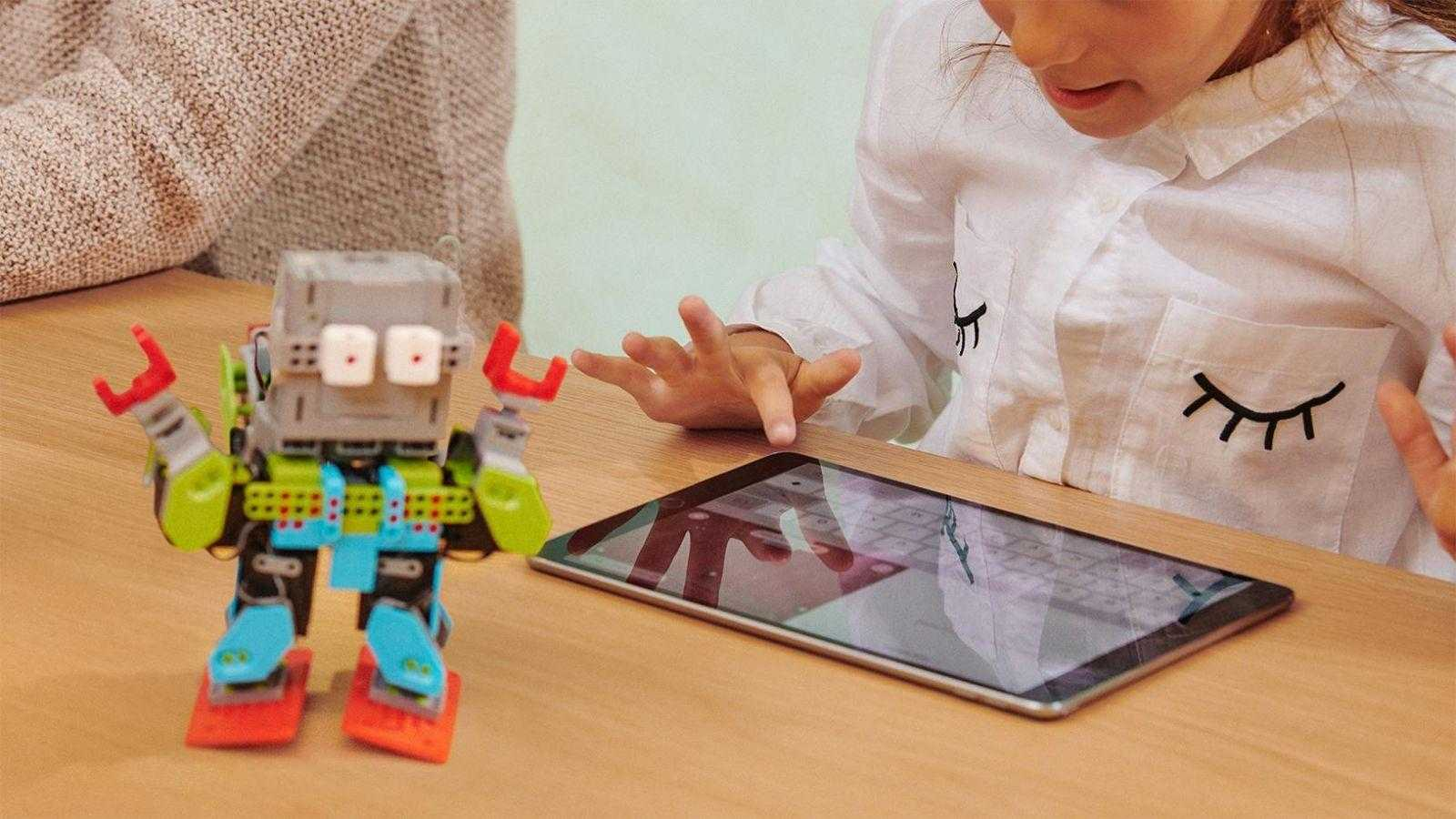 Apple отмечает 8 марта, рассказывая о достижениях женщин (apple honors female coders girl with ipad)
