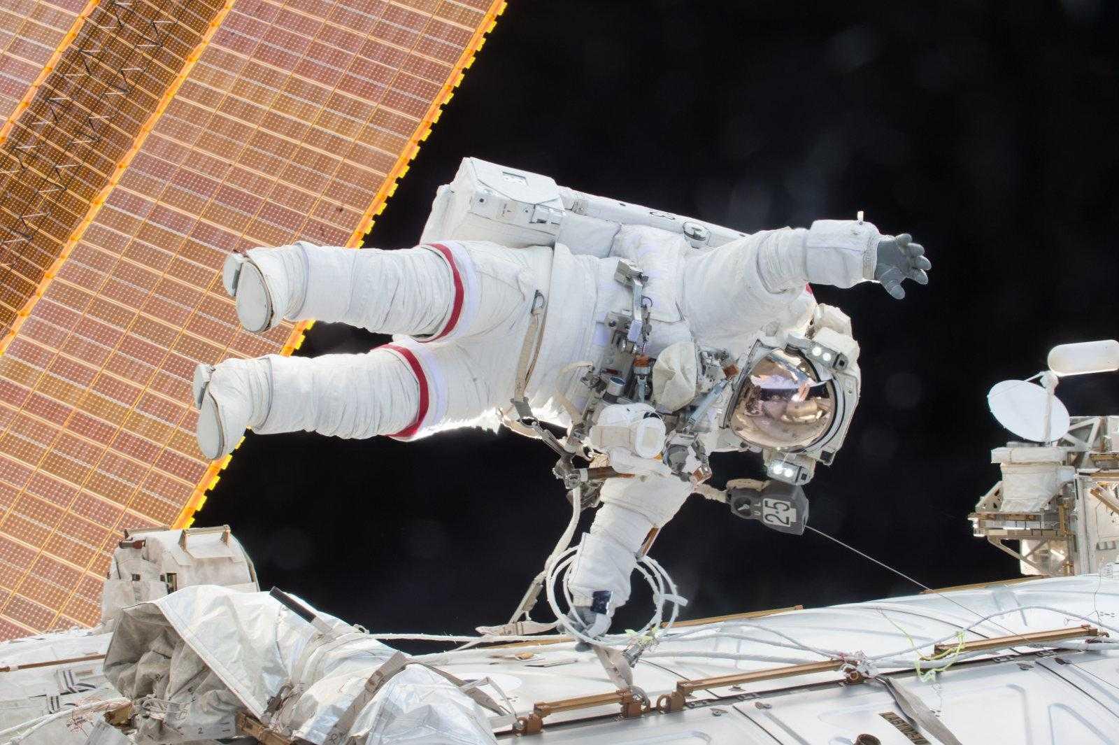 Первый выход женщин в открытый космос состоится 29 марта (dims)