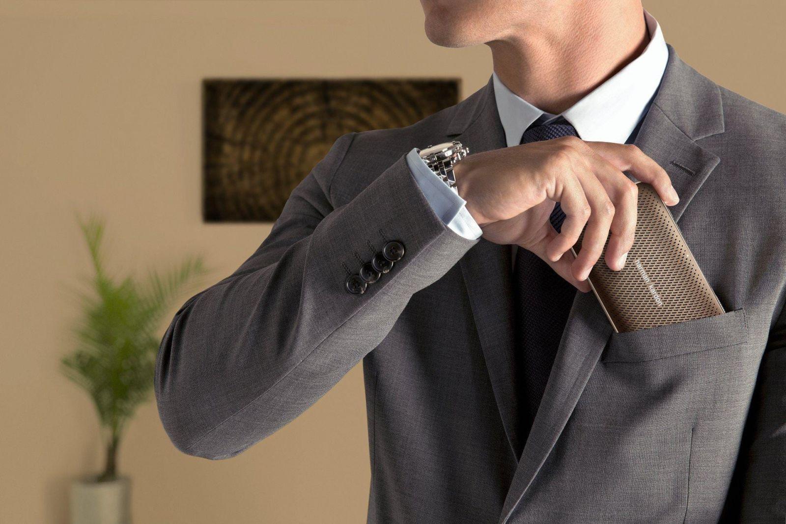 Harman Kardon выпустила портативную колонку Esquire Mini 2 в России (harman kardon esquire mini 2 lifestyle image bronze)