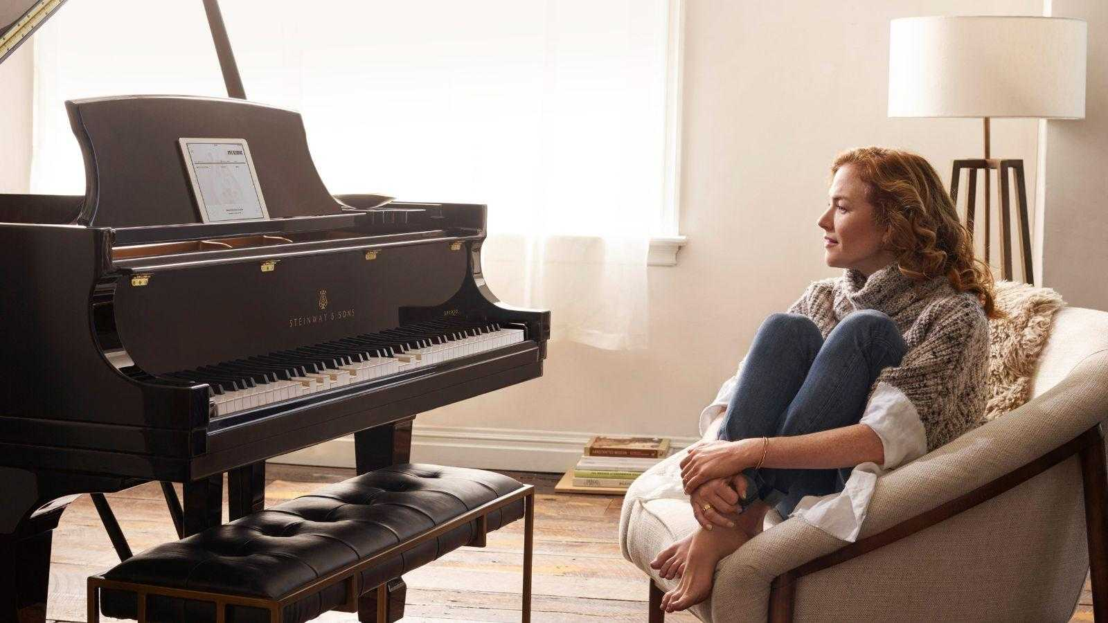 Steinway выпустил высокотехнологичный рояль, который записывает выступление (woman seated with spirio with no socks fma)