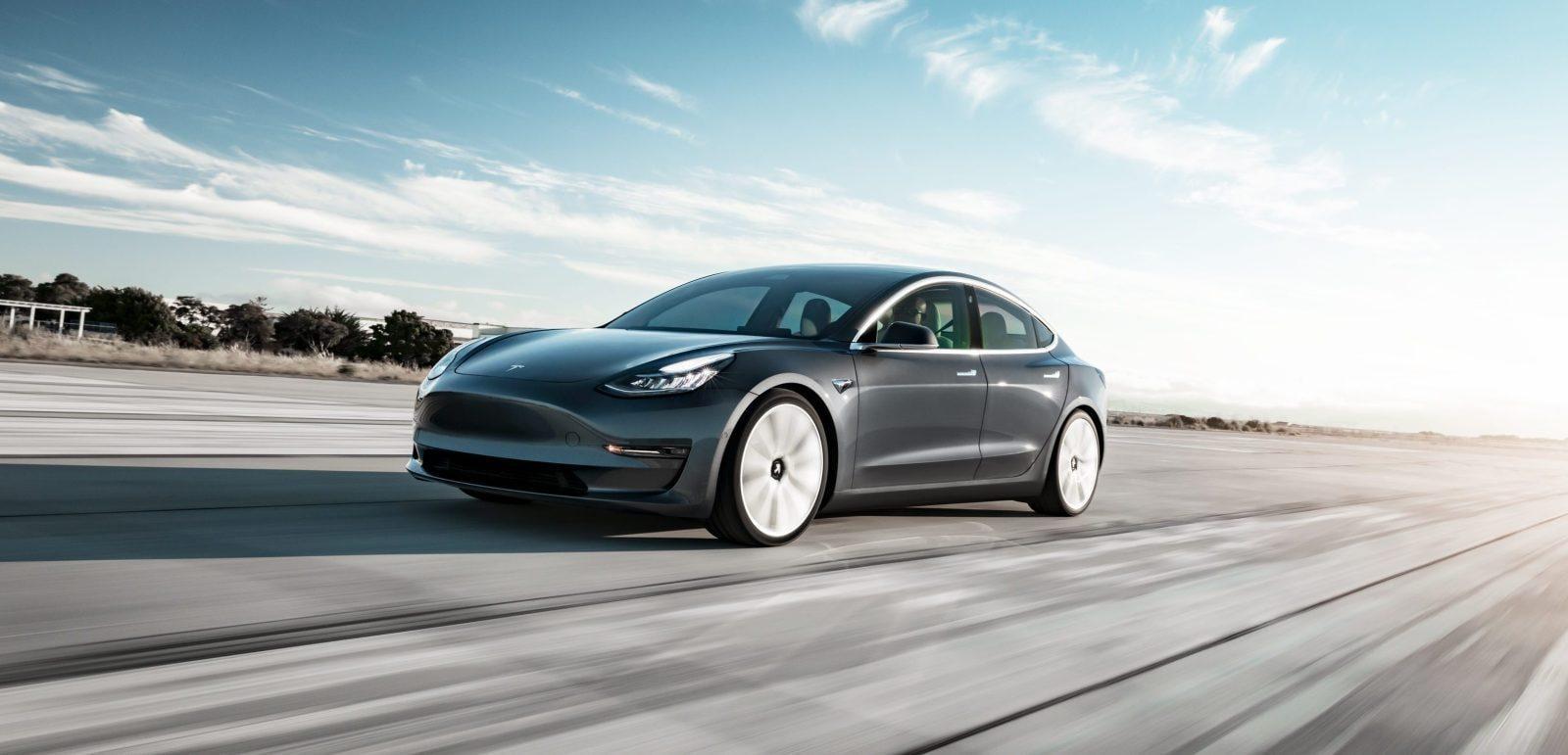 Автомобиль Tesla Model 3 больше не доступен для заказа онлайн (model 3 performance midnight silver tarmac motion e1533132966324)