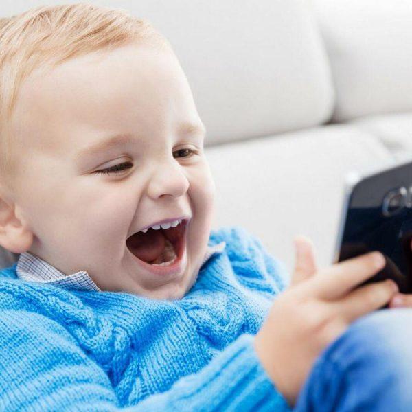 ВОЗ порекомендовала ограничить использование гаджетов детьми до 5 лет (smartphones 1)