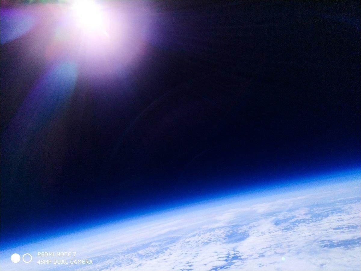 Смартфон Xiaomi Redmi Note 7 побывал в стратосфере и сделал снимки Земли (d5yg0ituwao4 i)