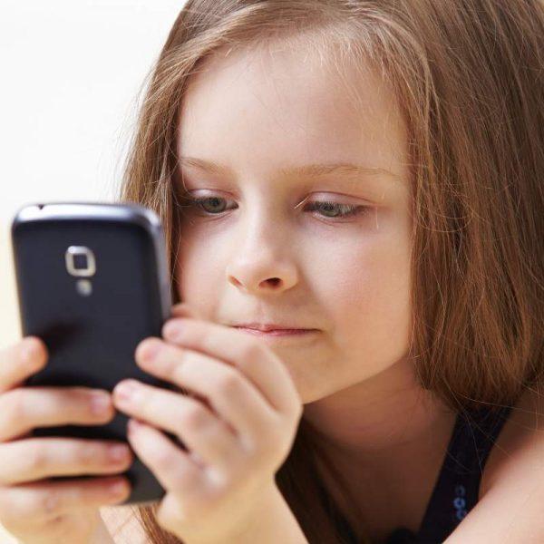 Доклад ЮНЕСКО: Голосовые помощники пропагандируют сексистское отношение к женщинам (girl with phone 1)