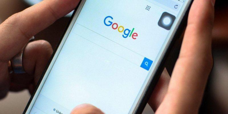 Редизайн мобильного Google Search: На странице результатов поиска будут отображаться названия и логотипы источников (google search)