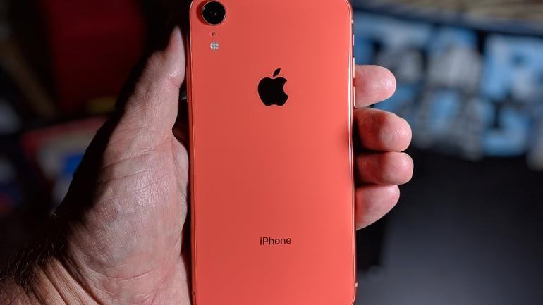 Apple завысила показатель времени автономной работы iPhone на 51%. А Sony - наоборот (iphone xr in hand)