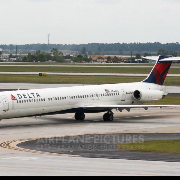 У Delta Airlines MD-88 загорелся двигатель (268930)