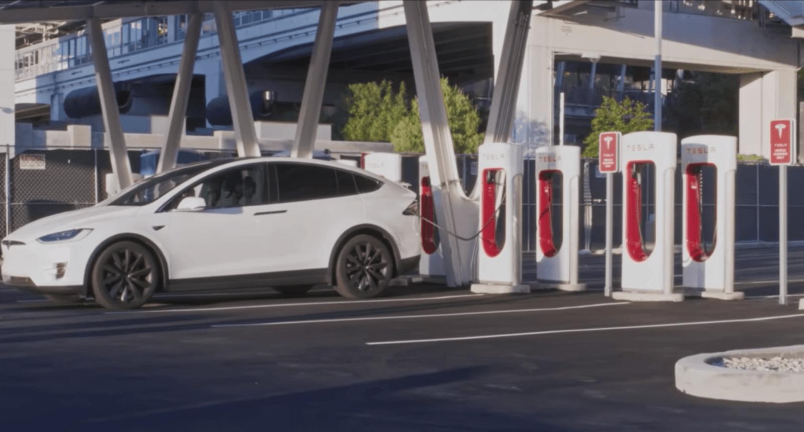 Tesla открывает станцию Vegas V3 Supercharger с питанием от солнечных батарей (tesla supercharger las vegas model)