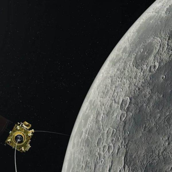 Индийский лунный модуль выходит на орбиту Луны для посадки (an illustration of chandrayaan 2 orbiter captured by the moons orbit isro)