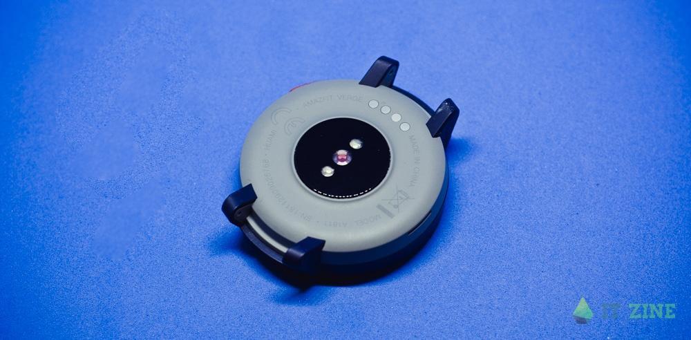 Датчик пульса и контакты для зарядки в Amazfit Verge