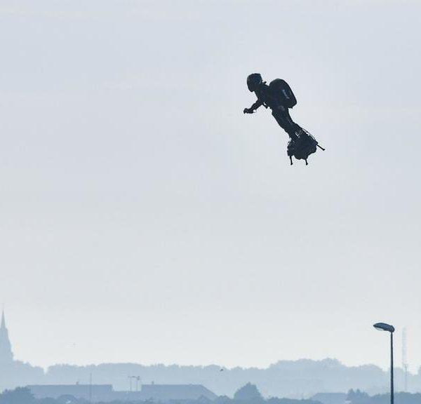 Французский изобретатель успешно пересек Ла-Манш на ховерборде (zapata flies again)