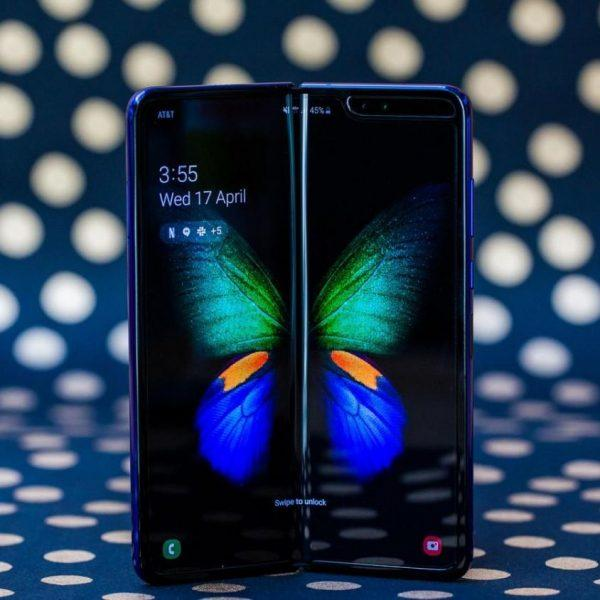 Samsung объявила о начале продаж в России Galaxy Fold с гибким экраном. Цена смартфона - 159990 рублей (o410q1kuolj6)