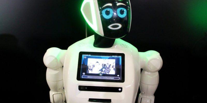 В российском отеле заменили администратора на робота (53863)