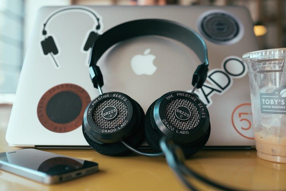 Amazon объявил о запуске бесплатного аудиостриминга (grado headphones sr225e mashable most social)