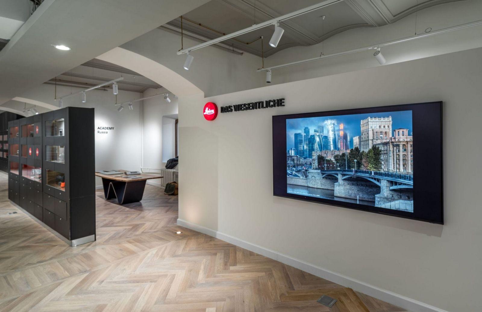 Салон Leica открылся в ГУМе (interer salona leica v gume scaled)