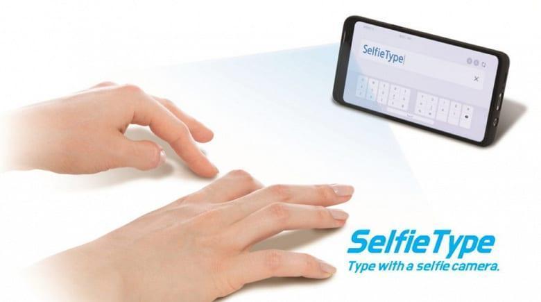Samsung изобрела новый способ ввода: теперь текст можно вводить пальцами на любой поверхности, не касаясь экрана (selfietype keyboard samsung 1000x558 1 large)