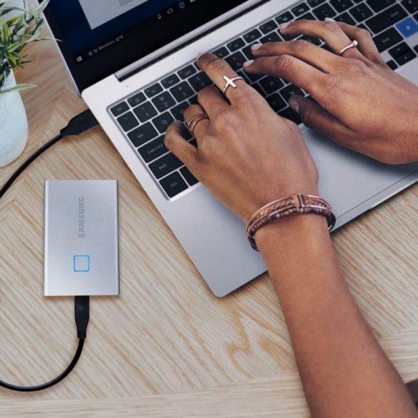 CES 2020. Samsung выпустила портативный SSD T7 Touch (t7 touch lifestyle2)