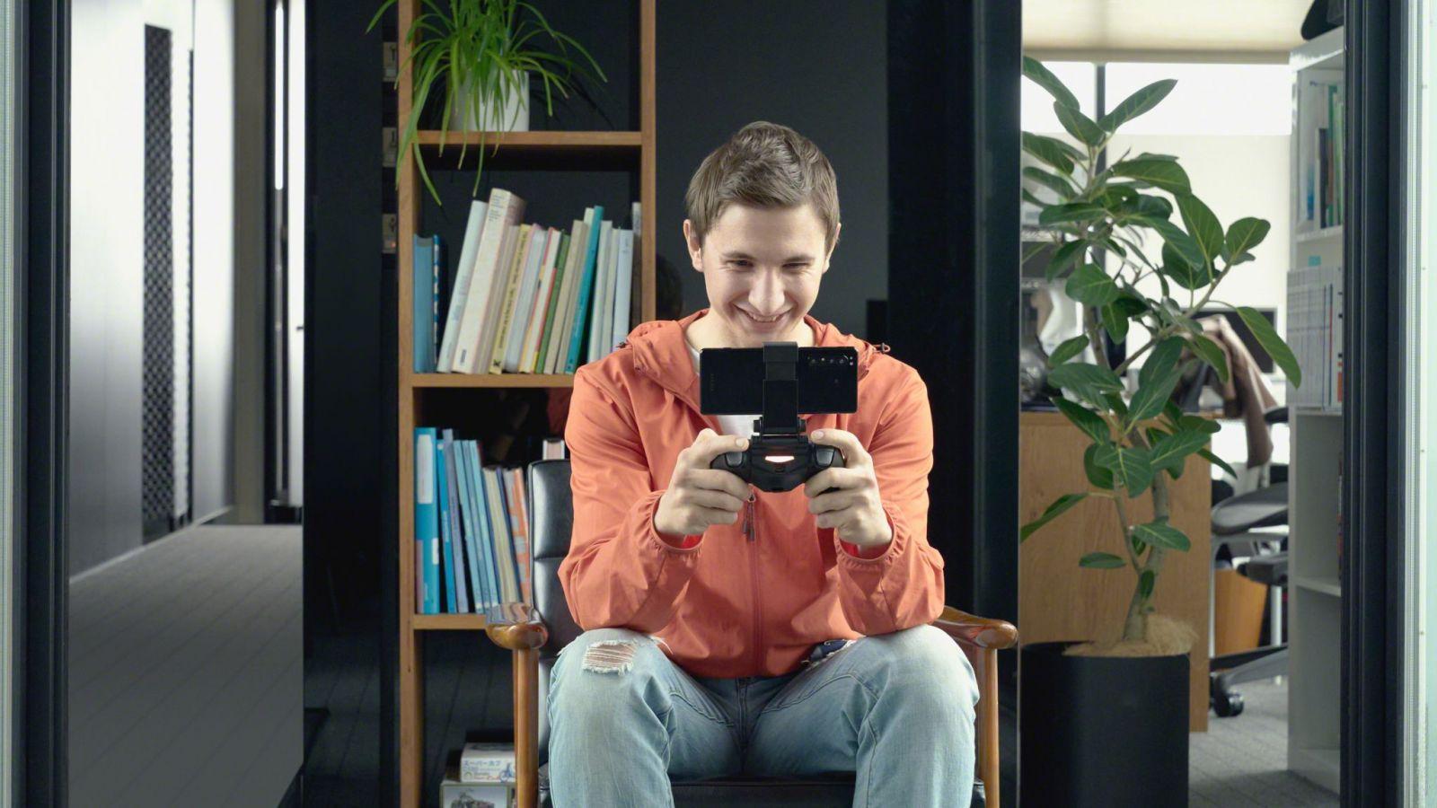 Sony официально представила флагманский 5G-смартфон Xperia 1 II (203 lifestyle gaming man dualshock4 large scaled)