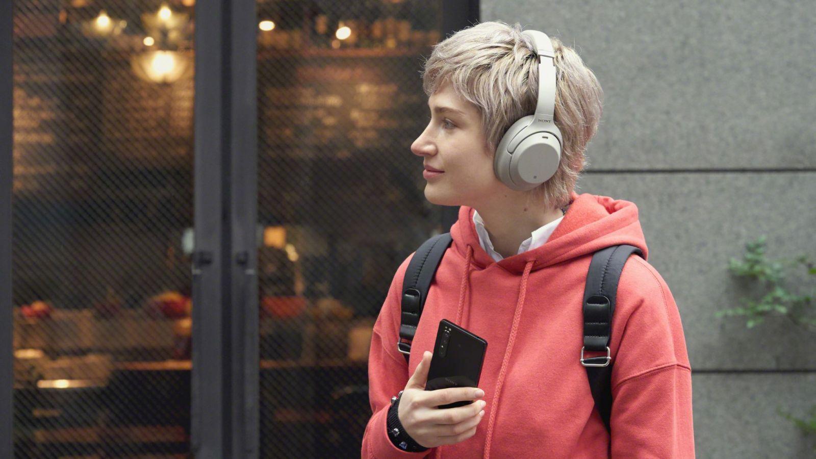 Sony официально представила флагманский 5G-смартфон Xperia 1 II (203 lifestyle listening wireless large scaled)